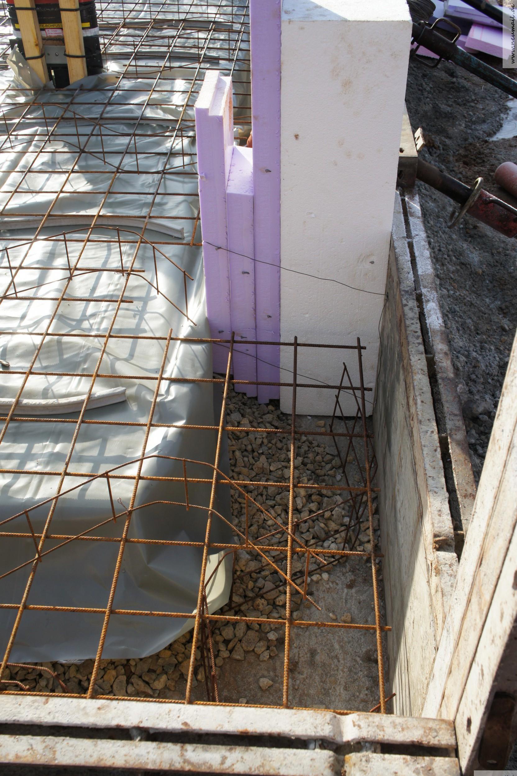 Platzhalter für die Leitungen zum Aussengerät der Wärmepumpe.